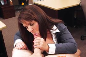 Зрелой пышной брюнетке предложили секс в магазине