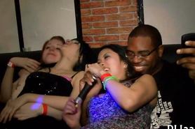 В клубе выебали очень развратных девушек