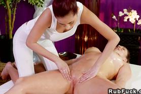 Лесбийские ласки двух красавиц в массажном салоне