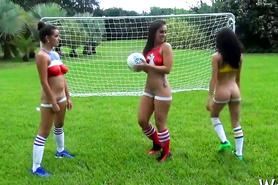 Красавицы с оголенными попками играют в футбол