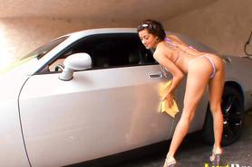 Латинка помыла машину и потрахалась с парнем