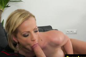 На кастинге блондинистая сучка отсасывает пенис