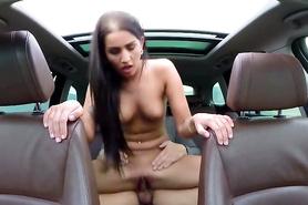 Брюнетка за деньги ебется в машине