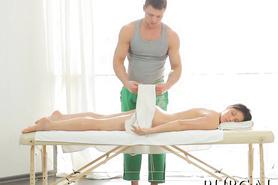 Русская брюнеточка на сеансе массажа