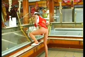 Развратное порно с продавщицей прямо в магазине