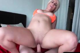 Изумительная девица присела пиздой на пенис