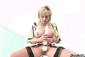 Зрелая женщина в чулках мастурбирует вибратором