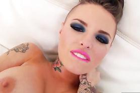 Прекрасная татуированная чертовка в порно