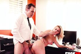 Сучка в офисе удовлетворяет начальника