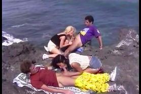 Ретро групповуха с двойным проникновением на берегу моря