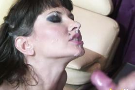 Жаркой сучке обкончал лицо после ебли