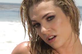Соло на пляже блондинки Dahlia Sky