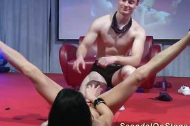 Красавиц-студентка танцует стриптиз для парня