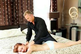 Расслабил рыженькую девушку с помощью массажа