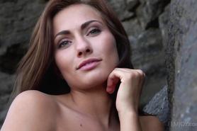 Сольное порно обнаженной соблазнительницы на природе