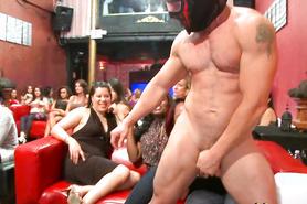 Вечеринка с мускулистыми стриптизерами