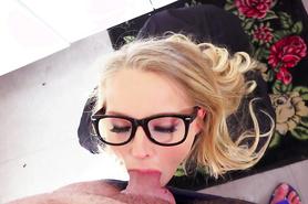Сногсшибательная блондинка глубоко заглатывает стояк