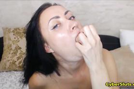 Брюнетка развлеклась с резиновой секс игрушкой