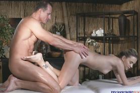 Намасленную клиентку массажист дрючит на кушетке