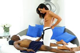 Тоненькая брюнетка делает негру эротический массаж