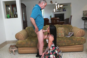 Красивая шлюшка сделала деду горячий минет