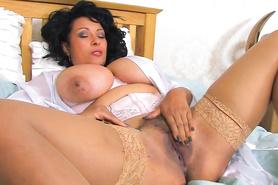 Женщина в чулках мусолит пальчиками волосатую дырку