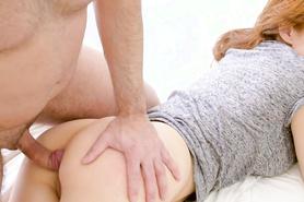 РЫжая дама похотливо развлекается с секс игрушкой