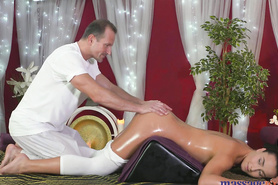 Горячая брюнетка в масле развлеклась с массажистом