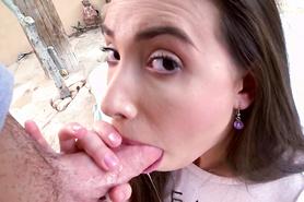 Любительница анала заглатывает большой пенис в рот