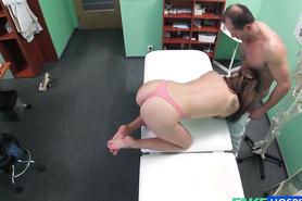 На осмотре у доктора телка занимается горячим сексом и отсасывает член