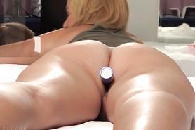 Телке разрабатывают анальную дырочку секс игрушкой