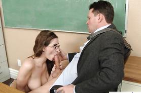 Студентка в очках отсосала пенис преподавателя