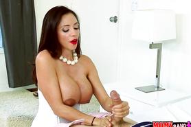 Минет от зрелой латинской девки с огромной грудью