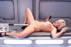 Горячая блондинка сидя на своем троне развлекается с секс машиной