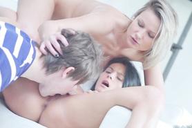 Две похотливых лесбиянки заставили паренька вылезать киску и заняться сексом втроем