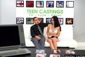 Миленькая студентка расслабилась на порно кастинге