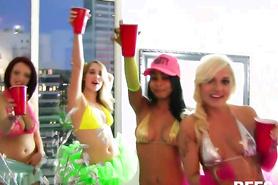 Пьяные студентки веселятся на откровенной вечеринке