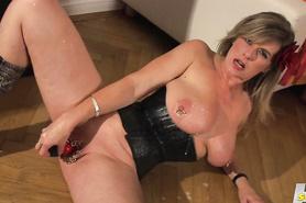 Зрелая мадам с большими весящими дойками развлекается со своей рыхлой киской