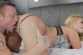 Блондинка в сексуальном белье заставила паренька вылезать ей киску