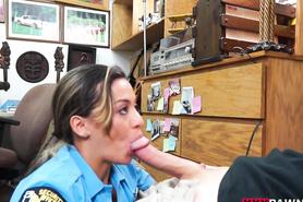 Девушка в полицейской униформе отсасывает толстый член перед камерой