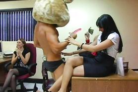 Мускулистый стриптизер развлекает девушек на вечеринке