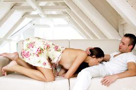 Влюбленные занимаются на диванчике предварительными ласками