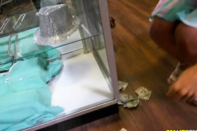 Подружки в магазине оголяют свои сексуальные тела перед продавцом