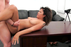 Кучерявая телка занимается горячим сексом на кастинге перед любительской камерой