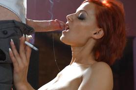 Рыжая развратница курит во время совокупления