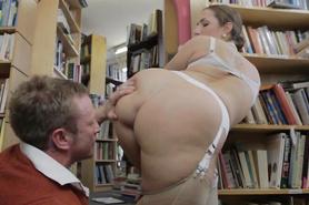 После орального секса грудастую брюнетку отперли в библиотеке