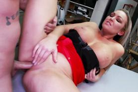 Блондинка сделала минет и впустила пенис во влагалище