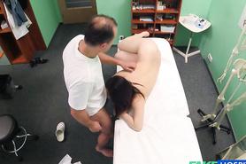 Ебля доктора и милой брюнетки в больнице на камеру