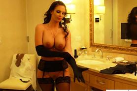 Элитная проститутка готовится к сексу с богатым клиентом