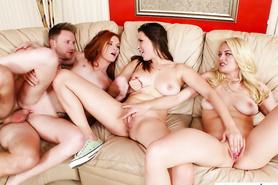 Групповое порно с изумительными развратницами на диванчике